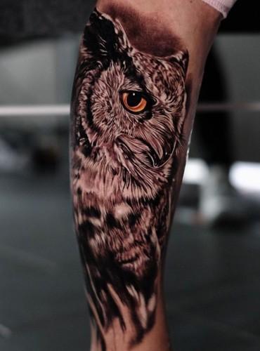 Realistisches Tattoo von einer Eule auf dem Bein